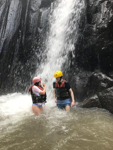 Под водопадом на Бали